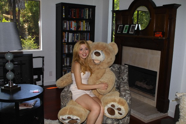 Teen star Jennette McCurdy gives us a tour of her new home in Los Angeles