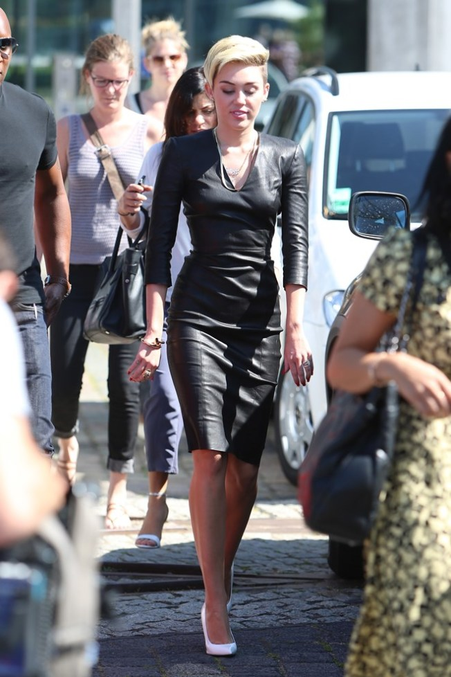 miley-cyrus-black-leather-dress %283%29
